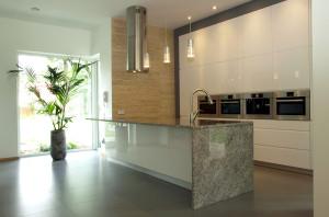 Cozinha com pia de Granito e pé até o chão.