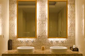 Desing de Interior – Banheiro com base da pia em Travertino.