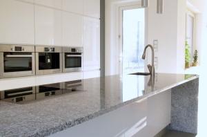 Bancada de Granito em uma cozinha moderna.